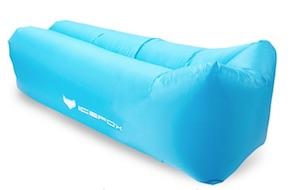 blaues Luftsofa mit weißer Schrift