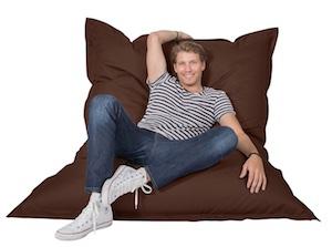 Typ auf braunem Sitzsack