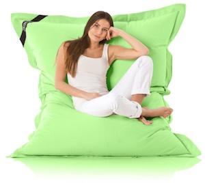 Frau auf einem grünen Beanbag
