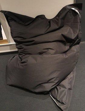 Schwarzes Sitzkissen mit robustem Material