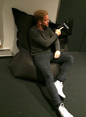 Tester Paul sitzt auf dem Sitzsack