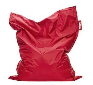 Rotes Kissen frontal fotografiert vor weißem Hintergrund